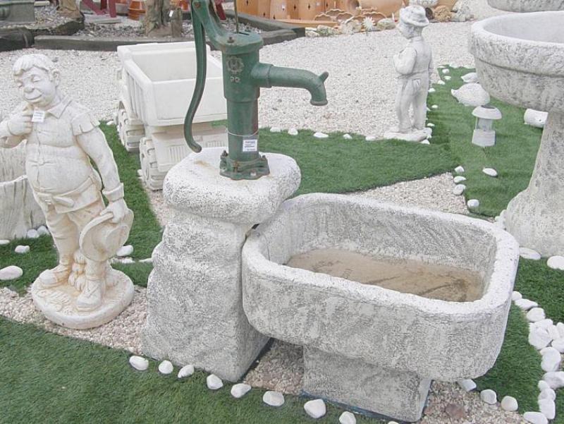 Fuente Abrevadero. Fuente Abrevadero. Fabricada En Piedra Artificial.